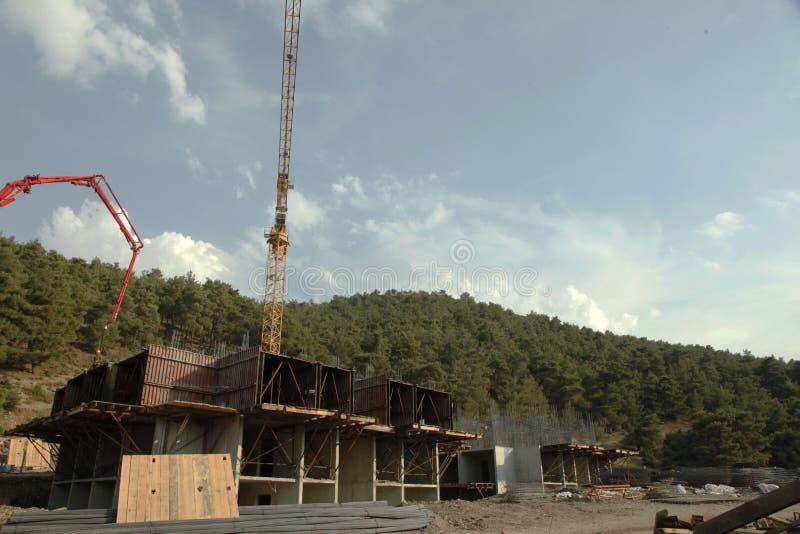 Concreto de derramamento de construção, rebar sob o céu fotos de stock royalty free