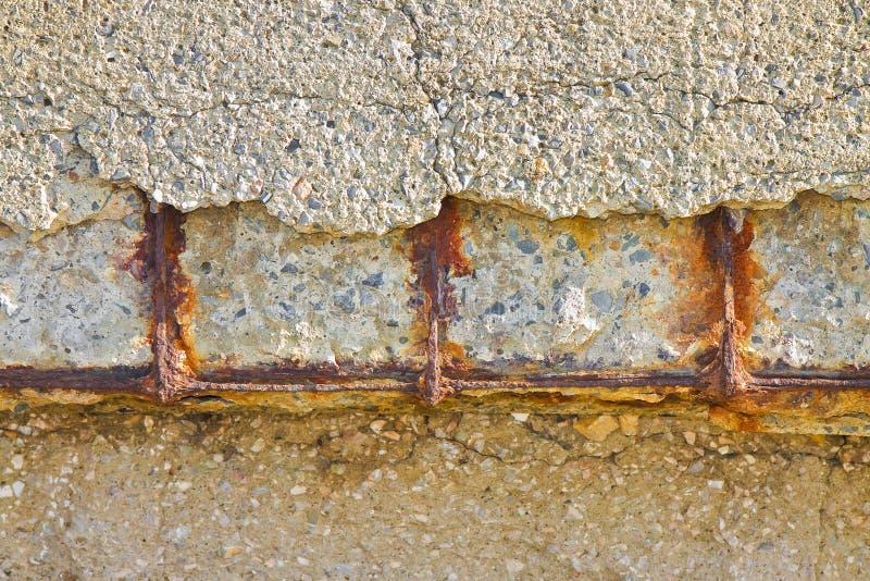Concreto reforçado com os reinforcemen metálicos danificados e oxidados imagem de stock