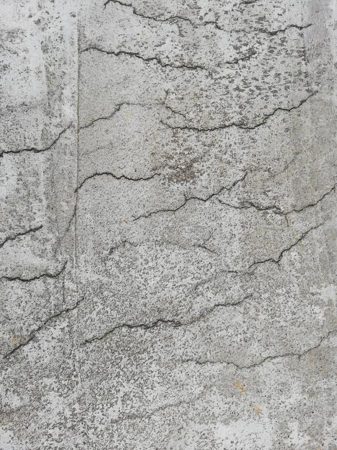 Concreto reforçado rachado em uma superfície da laje foto de stock