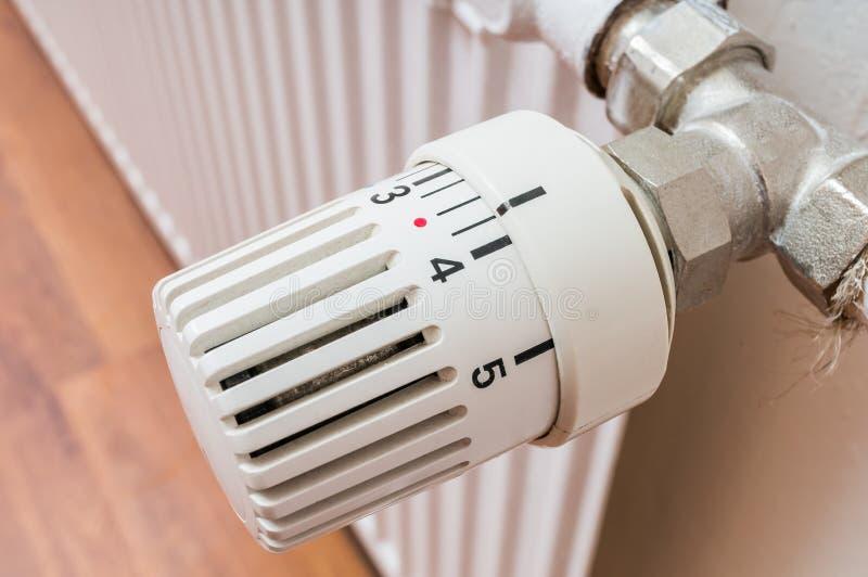 Conctroller del radiador para ajustar temperatura Concepto de la calefacción imagenes de archivo