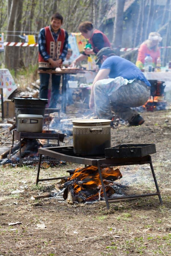 Concurrence de touristes russe 2, membres de fortune de cuisine de champ La concurrence a lieu en montagne photos stock