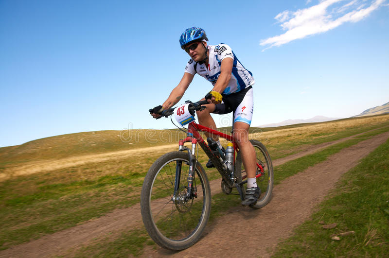 Concurrence de vélo de montagne photographie stock libre de droits