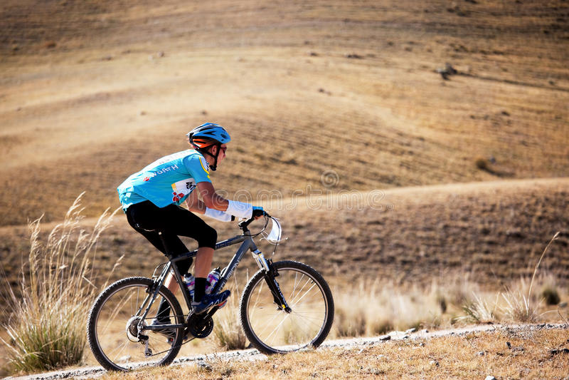 Concurrence de vélo de montagne d'aventure photos stock