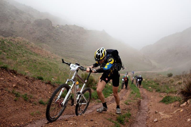 Concurrence dure de vélo en montagnes photographie stock libre de droits