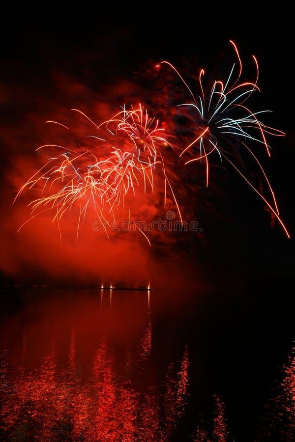 Concurrence internationale des feux d'artifice au-dessus de la surface de l'eau Brno République-Brno Barrage-tchèque Beaux feux d photographie stock