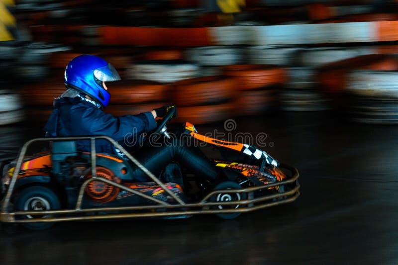 Concurrence karting dynamique ? la vitesse avec le mouvement trouble sur une piste ?quip?e image stock