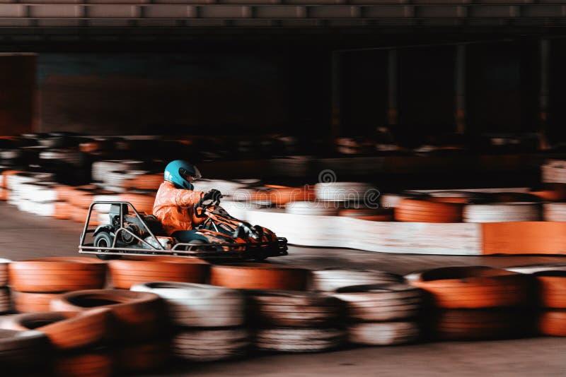 Concurrence karting dynamique ? la vitesse avec le mouvement trouble sur une piste ?quip?e images libres de droits