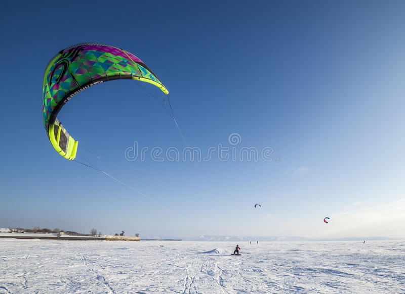 Concurrence russe pour le marathon snowkiting photographie stock libre de droits