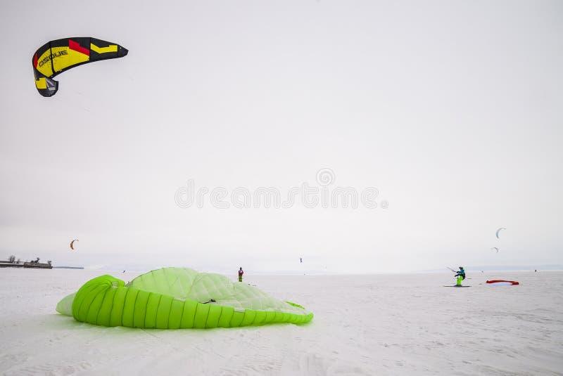 Concurrence russe pour le marathon snowkiting images libres de droits