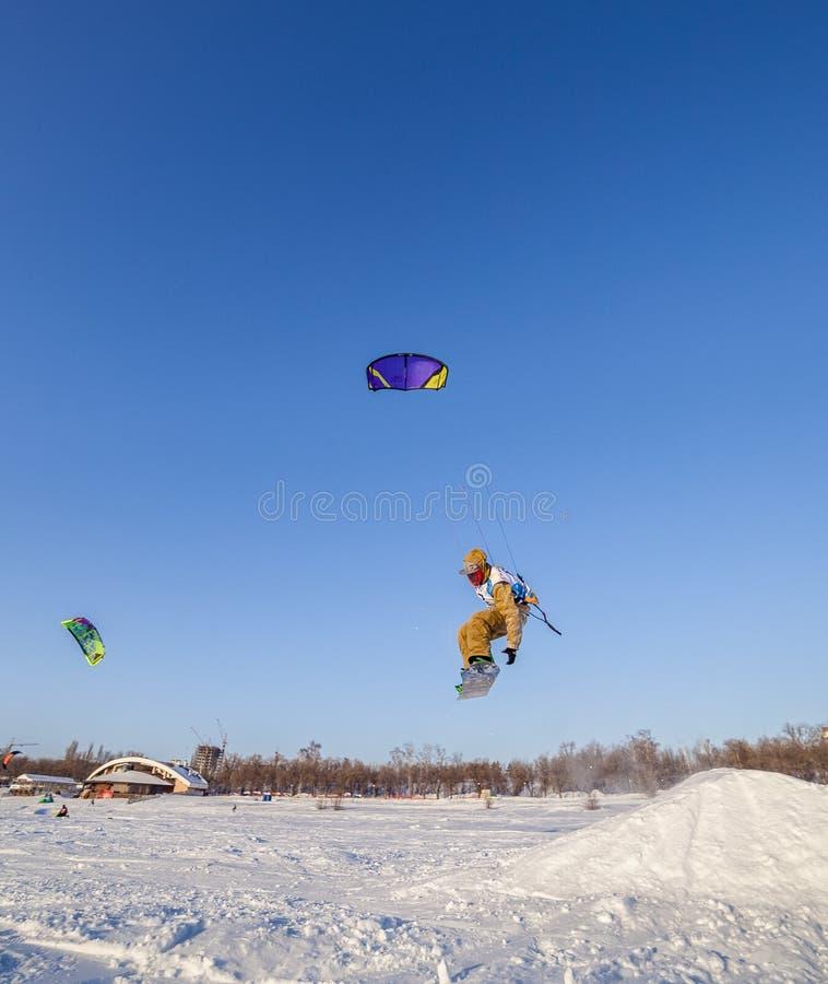 Concurrence russe pour le marathon snowkiting photos stock
