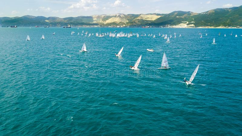 Concurrence sur de petits yachts sous la voile sur la Mer Noire dans Novorossiysk images libres de droits
