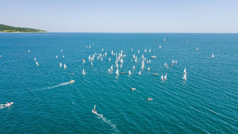 Concurrence sur de petits yachts sous la voile sur la Mer Noire dans Novorossiysk images stock