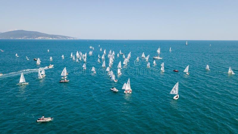 Concurrence sur de petits yachts sous la voile sur la Mer Noire dans Novorossiysk photos libres de droits