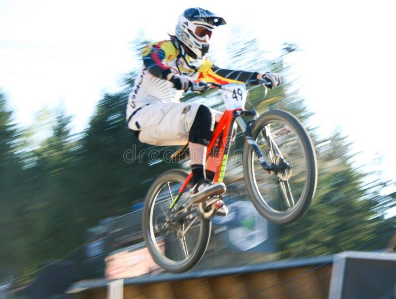 Concurrent emballant un vélo de montagne chez Crankworx image stock