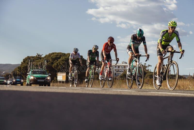 Concurrenten van Road van Volta het Cirkelen in Catalonië op stadium 2 van Mataro aan Sant Felui DE Quixols 26 03 2019 Spanje royalty-vrije stock foto