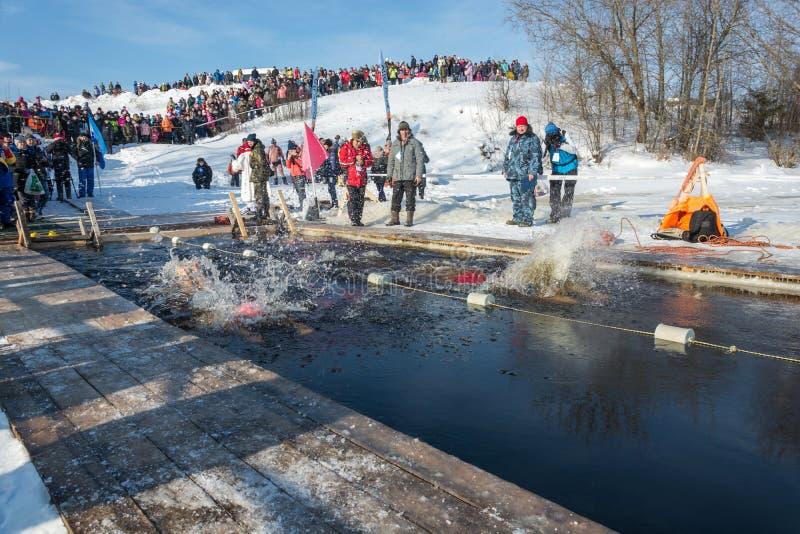 Concurrentie bij het zwemmen in ijswater, bij de festivalwinter fu royalty-vrije stock foto's