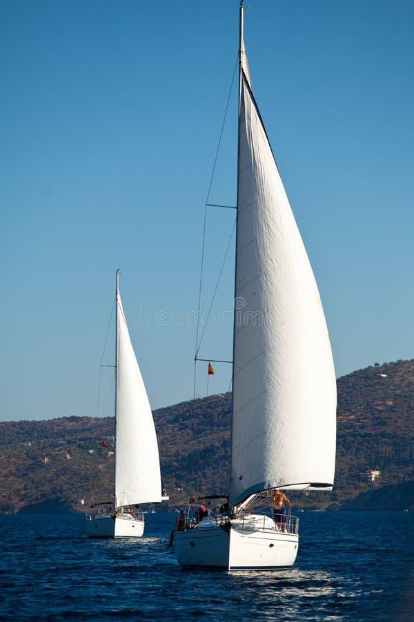Concurrents de bateaux pendant du regatta de navigation photo stock