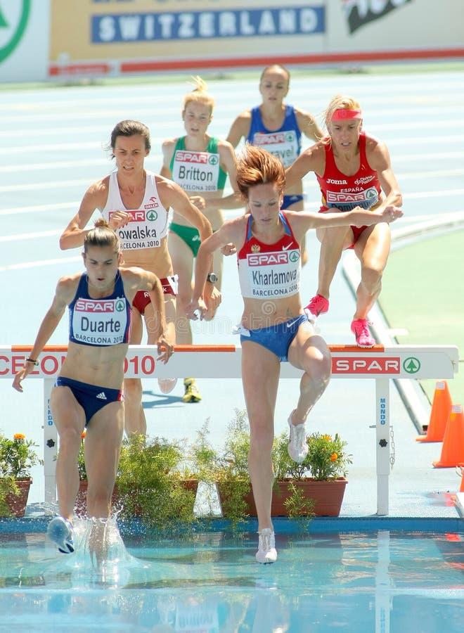 Concurrents des femmes de course d'obstacles de 3000m photos libres de droits