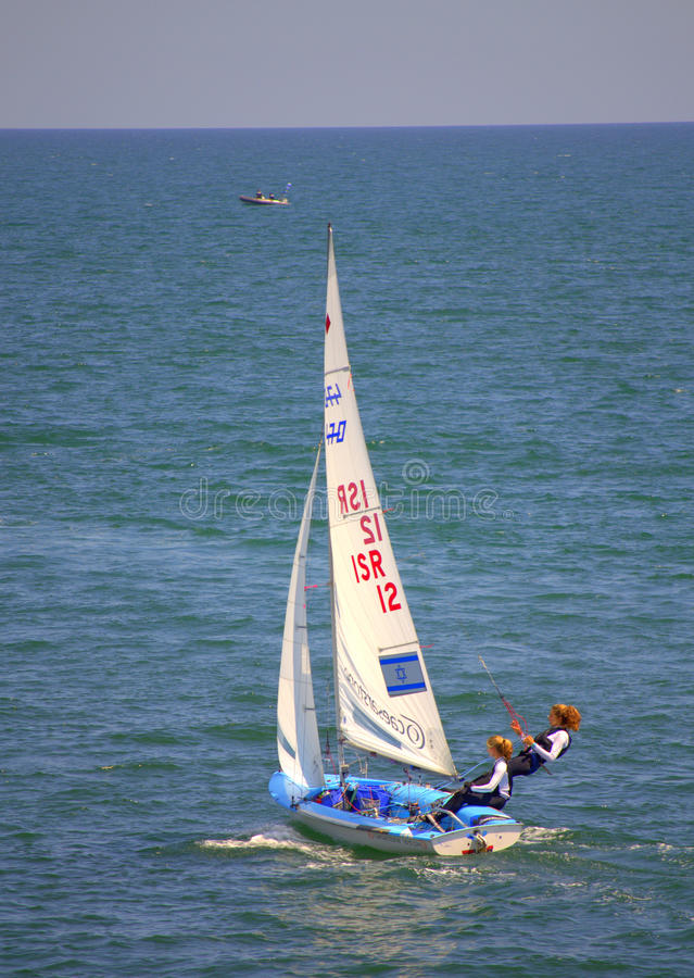 Concurrents israéliens de filles dans la course de voiliers image stock