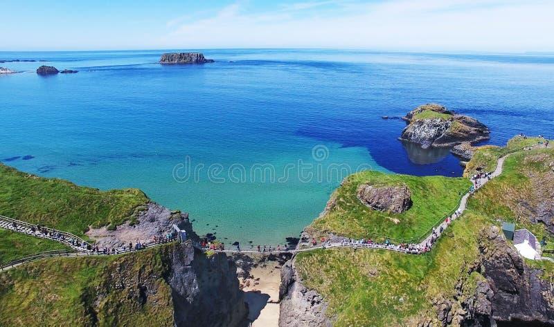 Condado Antrim Irlanda del Norte del puente de cuerda de Carrick-a-Rede imagen de archivo