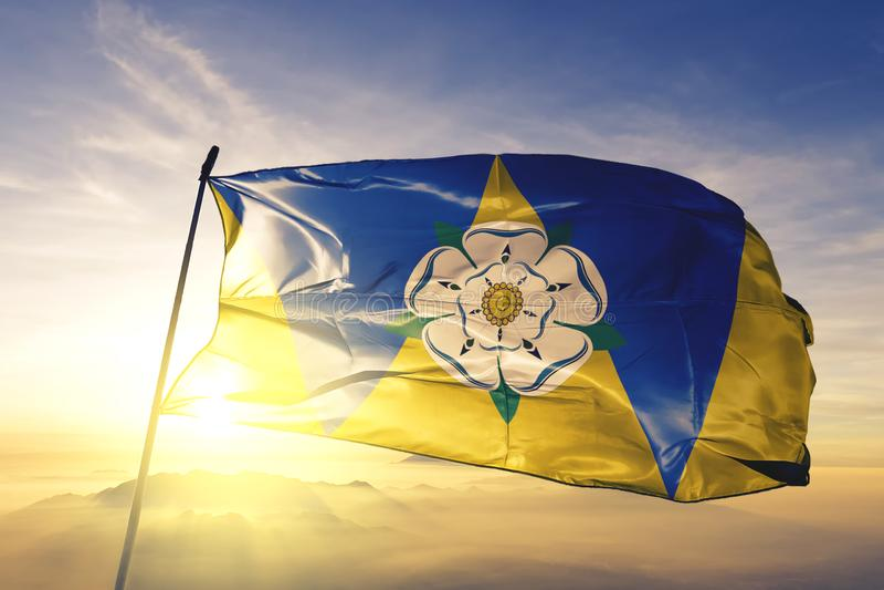 Condado de West Yorkshire de la tela del paño de la materia textil de la bandera de Inglaterra que agita en la niebla superior de libre illustration
