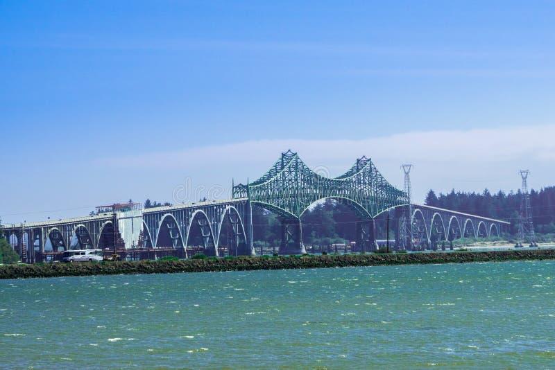 Conde b McCullough pomnika most gruch zatoki most, poprzedni, jest wspornika mostem który rozciąga się gruchy Trzymać na dystans  zdjęcia royalty free