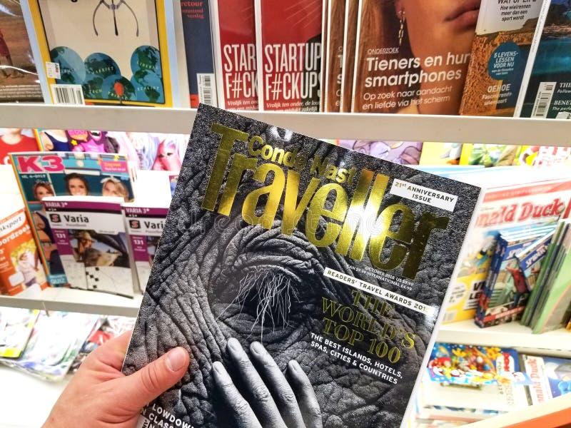 Conde Nast旅行家杂志在手上 库存图片
