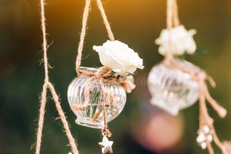 Condecoração floral de casamento original sob a forma de mini vasos e bouquets fotografia de stock