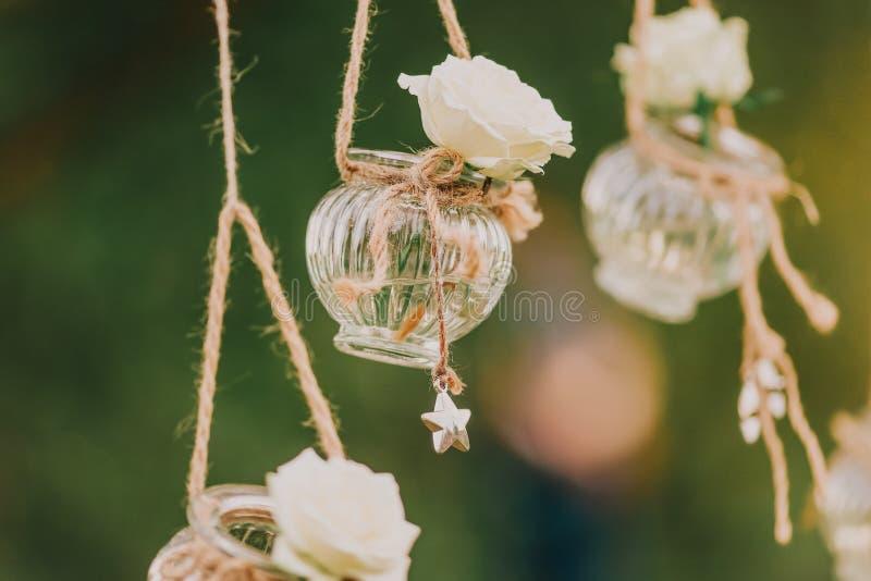 Condecoração floral de casamento original sob a forma de mini vasos e bouquets imagens de stock royalty free