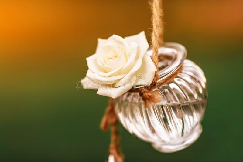 Condecoração floral de casamento original sob a forma de mini vasos e bouquets fotos de stock royalty free