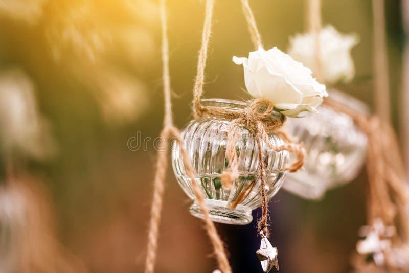 Condecoração floral de casamento original sob a forma de mini vasos e bouquets foto de stock royalty free