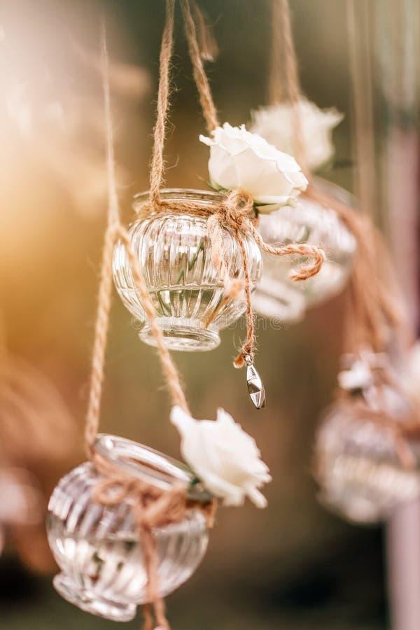 Condecoração floral de casamento original sob a forma de mini vasos e bouquets fotografia de stock royalty free