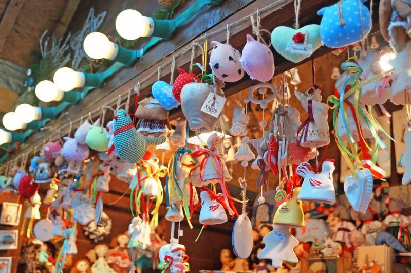 Condecorações de árvores de Natal feitas de vidro, madeira e tecido de diferentes formas e cores imagens de stock