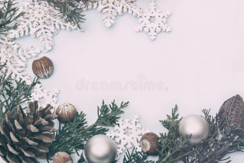 Condecorações de Natal com ramos de pínus cones e estrelas de Natal foto de stock royalty free