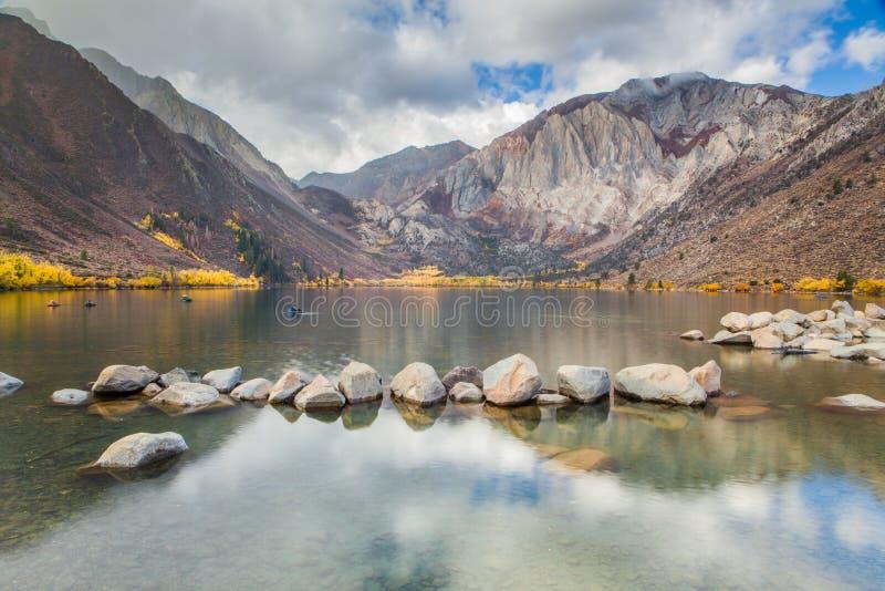 Condene el lago en las montañas del este en otoño, California, los E.E.U.U. de Sierra imagen de archivo