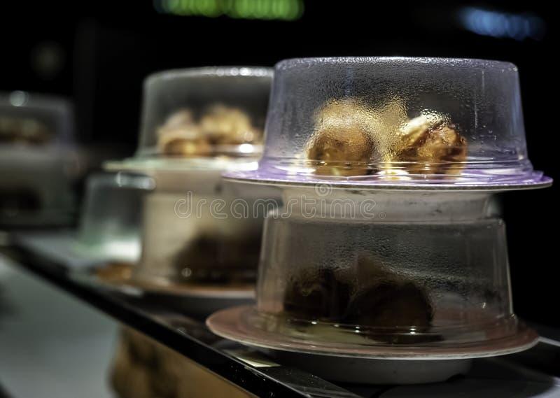 Condensação ou gotas de água dentro da cobertura plástica das placas de sushi imagens de stock royalty free