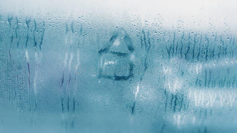 Condensación de goteo en la ventana de cristal clara Descensos del agua Abstraiga la textura del fondo Detalle del cierre de la h fotos de archivo