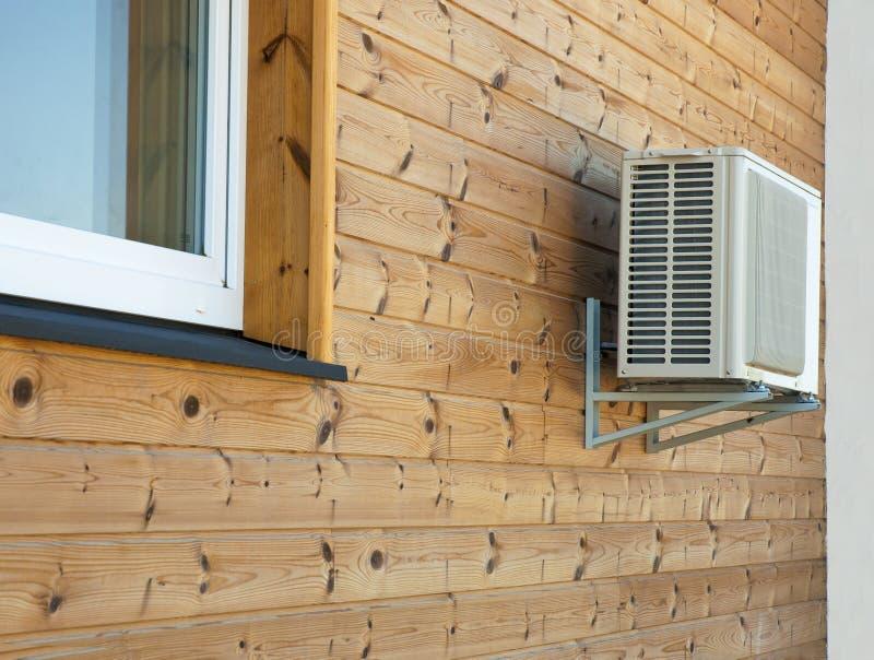 Condensador del acondicionador de aire en la pared de madera de tableros fotos de archivo