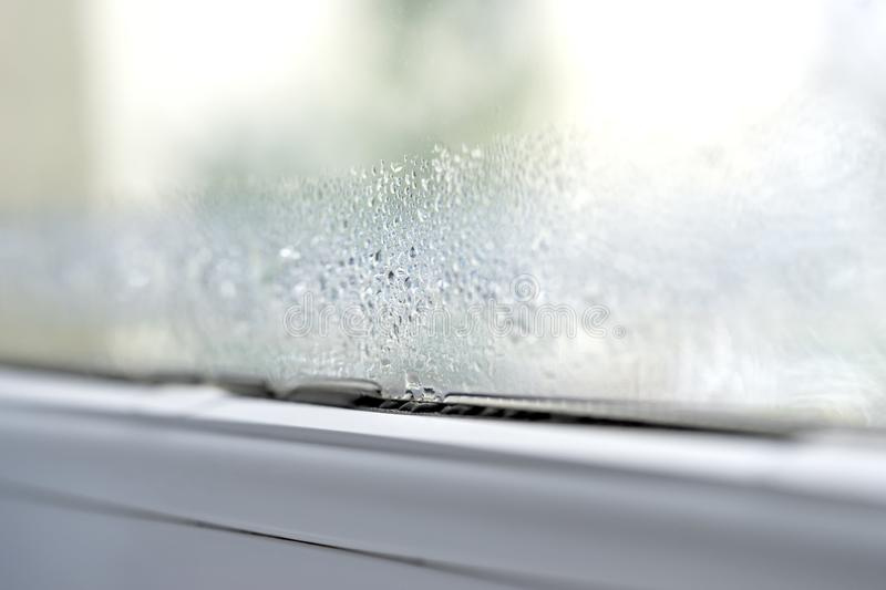 Condensatie op de vensters dubbele verglazing van pvc van de glasclose-up stock afbeeldingen