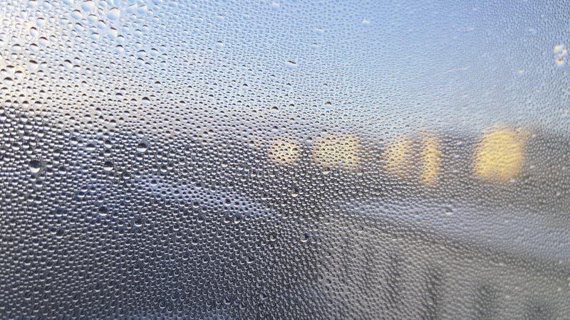 Condensation sur la fenêtre Le verre est couvert de petites gouttelettes de l'eau photographie stock