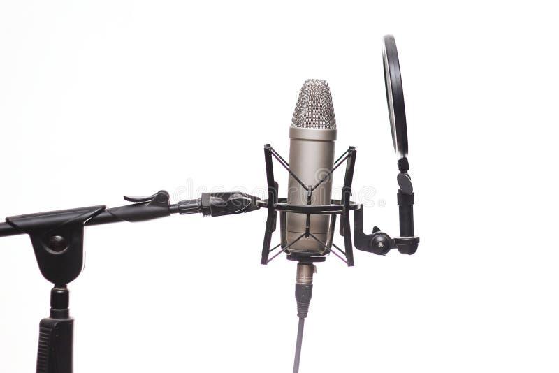 Condensator Mic On Stand In Studio dat op Wit wordt geïsoleerd stock afbeeldingen