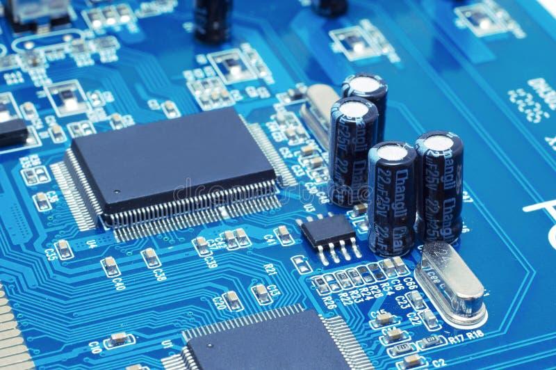 Condensatori e chip sul microcircuito immagini stock libere da diritti