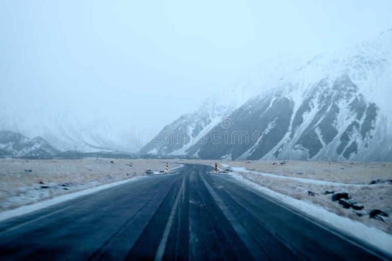 Condición de camino peligrosa del invierno de la visibilidad baja imagen de archivo libre de regalías