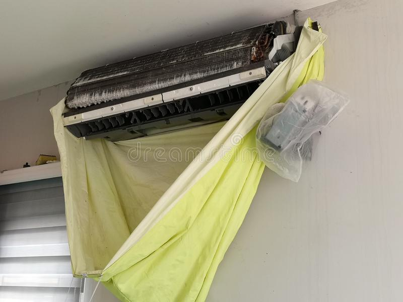 Condicionador de ar da limpeza e da manutenção em casa fotos de stock royalty free