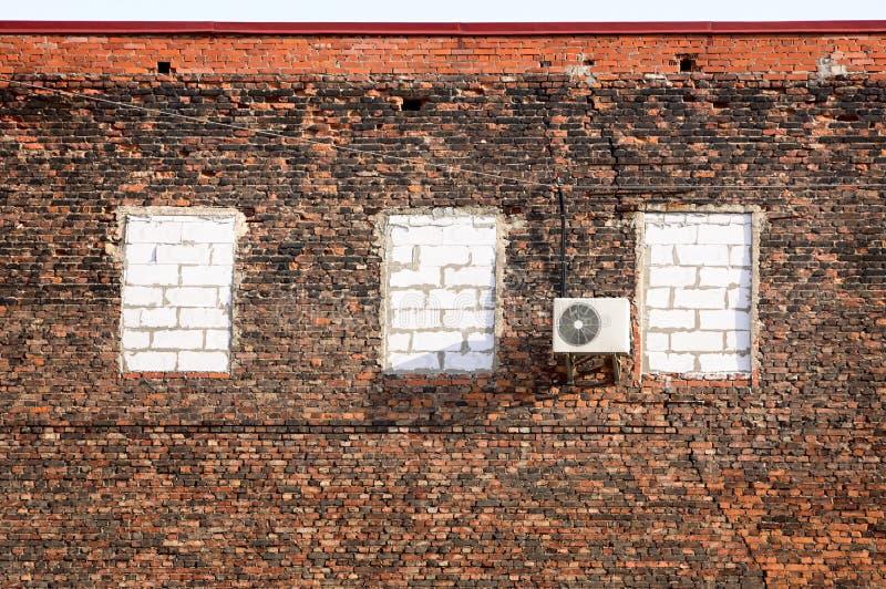 Condicionador de ar em uma parede de tijolo. fotografia de stock royalty free