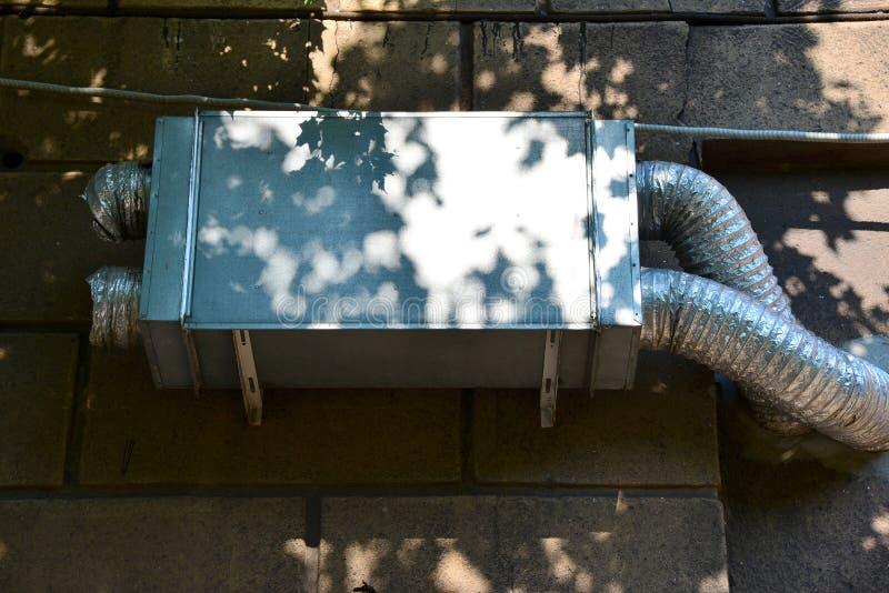 Condicionamento de ar e sistema de ventilação em uma construção do multi-andar foto de stock royalty free