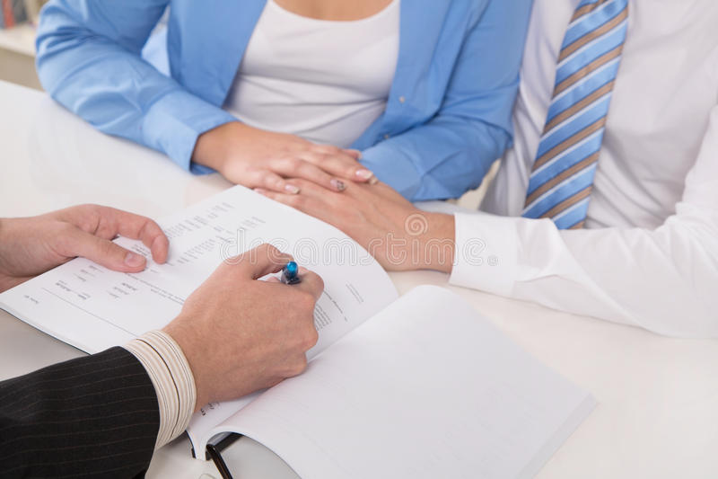 Condiciones del contrato: ciérrese para arriba de las manos que firman docu foto de archivo libre de regalías