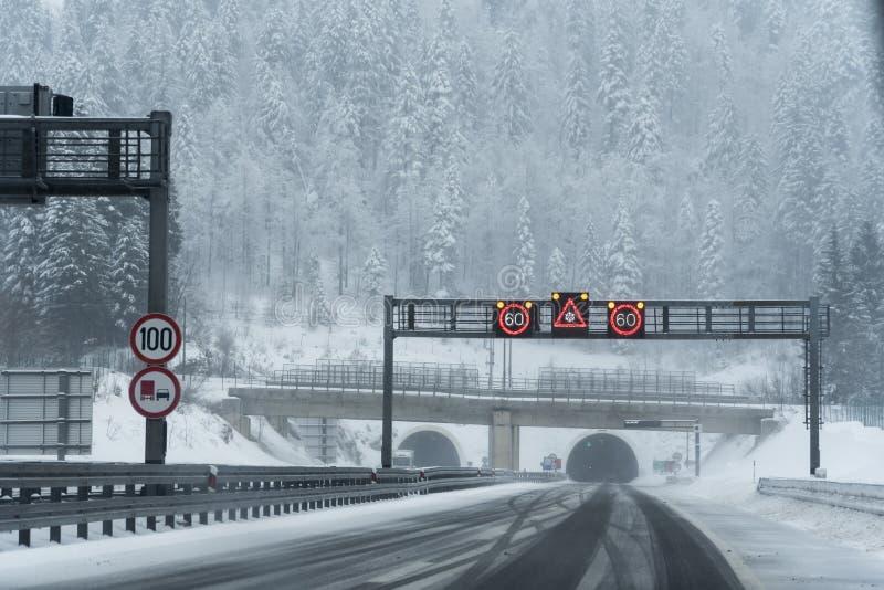 Condiciones del invierno en la carretera imagenes de archivo