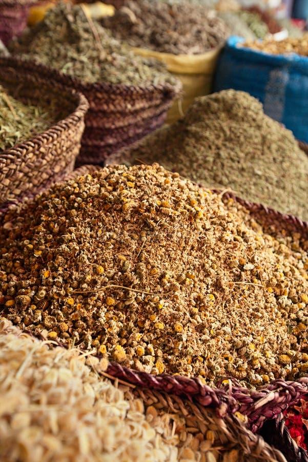 Condimenta las flores de las hierbas (camomail) en la Marrakesh foto de archivo libre de regalías