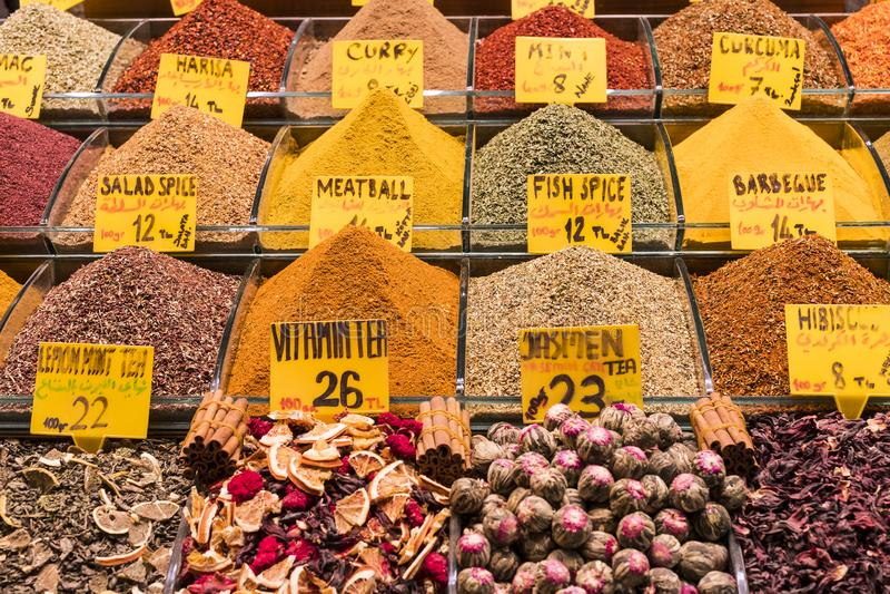 Condimenta las hierbas del té de los dulces en los estantes del bazar egipcio en Turquía foto de archivo